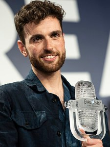 450px-Duncan_Laurence_with_the_2019_Eurovision_Trophy_(cropped)